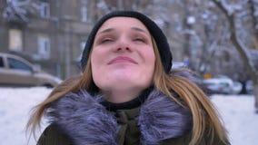Nahaufnahmetrieb der jungen hübschen kaukasischen Frau mit dem brunette Haar, das glücklich ist und um sie mit Aufregung herein s stock video footage