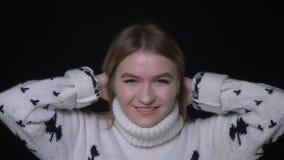 Nahaufnahmetrieb der jungen hübschen kaukasischen Frau in der Strickjacke lächelnd und lachend Kamera mit Hintergrund glücklich,  stock video