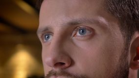 Nahaufnahmetrieb des erwachsenen kaukasischen bärtigen männlichen Gesichtes mit den Augen, die vorwärts zuhause mit Innenraum auf lizenzfreie stockfotografie
