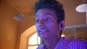 Nahaufnahmetrieb des jungen attraktiven indischen männlichen Blogger, der zuhause Videospiele mit Aufregung in einer gemütlichen  stock video footage