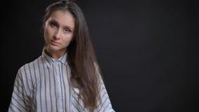 Nahaufnahmetrieb des jungen attraktiven kaukasischen weiblichen Mode-Modells, das vor der Kamera gerade schaut aufwirft lizenzfreies stockbild