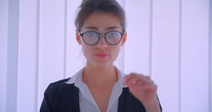 Nahaufnahmetrieb des jungen hübschen kaukasischen businesswomanand, das ihre Gläser repariert und die Kamera glücklich lächelt be stock video