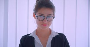 Nahaufnahmetrieb des jungen hübschen kaukasischen businesswomanand, das ihre Gläser repariert und die Kamera nett lächelt betrach stock footage