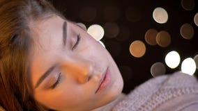 Nahaufnahmetrieb des jungen weiblichen kaukasischen Brunette, der mit ihren Augen weiblich ist, schloss Sein froh und entspannt m lizenzfreie stockbilder