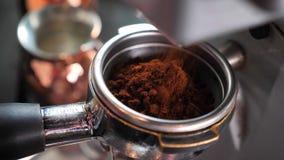 Nahaufnahmetrieb von den Kaffeebohnen, die frisch zuhause in einem Mischer des Kaffees in einem Café geerdet werden stock video