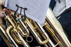 Nahaufnahmetrompete, Sonderkommando eines Musikers in den fallas von Valencia lizenzfreie stockfotos