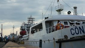 Nahaufnahmevideo des weißen Schiffs machte fest, um im Hafen anzukoppeln und erwartete Abfahrt, um Dao-Insel hereinzulegen Ausfüh stock video