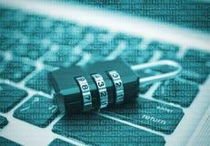 Nahaufnahmevorhängeschloß auf Computertastatur für Konzepttechnologiedaten Lizenzfreies Stockbild