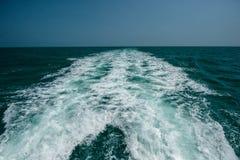 Nahaufnahmewasserspritzen in tropischem Meer Stockfotografie