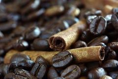 Nahaufnahmezimtsteuerknüppel und Kaffeebohnen Stockfoto