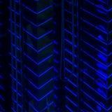 Nahaufnahmezusammenfassung des Musters der hellen blauen geführten Hintergrundbeleuchtungswände des hohen glühenden Gebäudes, mod Stockfotografie