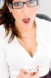 Nahe Ansicht der entsetzten Frau mit iPod Stockfotografie