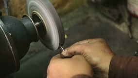 Nahe Ansicht des Mannes Nadel der Nähmaschine schärfend stock footage