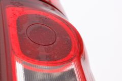 Nahe Ansicht des modernen Scheinwerfers des Autos hinteren mit Tröpfchen auf ihr stockbilder
