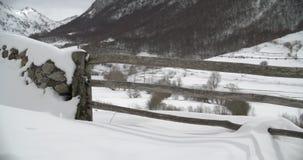 Nahe Ansicht eines Eingangs eines Bauernhofes in den Bergen bedeckt durch Schnee stock footage
