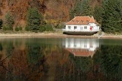 Nahe Ansicht eines Seehauses auf einem See Stockbilder