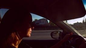 Nahe Ansicht in hübsche Frau der Kabine fährt Auto in der Stadt stock footage