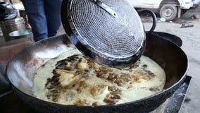 Nahe Ansicht von den samosas, die in der großen Schüssel mit Öl gebraten werden stock video