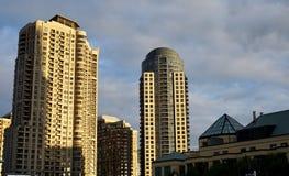 Nahe Ansicht von modernen Gebäuden lizenzfreie stockfotos
