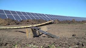 Nahe bei dem geerntetes Kabel Lagezange vor dem hintergrund der Sonnenkollektoren stock footage