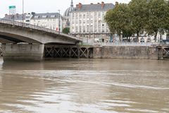 Nahe bei der neuen Brücke die Überreste der Säulen des alten F.E. lizenzfreie stockfotos