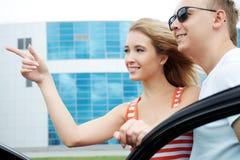 Nahe dem Auto Lizenzfreies Stockfoto