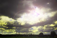 Nahe dem Dorf sturm Der Himmel trifft ein Gewitter Der Sonnenglanz durch die Wolken Lizenzfreies Stockbild