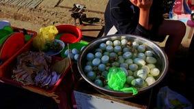 Nahe Frau verkauft Hen Eggs auf Straßenmarkt- in Vietnam stock video footage