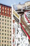 Nahe gelegene Gebäude der hölzernen Achterbahn Lizenzfreie Stockfotografie