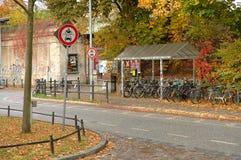 Nahe gelegener Bahnhof der Zeichen, der Fahrräder und des Herbstlaubs Stockfotografie