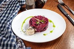Nahe hohe Ansicht über frischen Salat von den roten Rüben und vom Knoblauchkremeis Moderne K?che Traditionelle Essigsoße diente a stockbilder