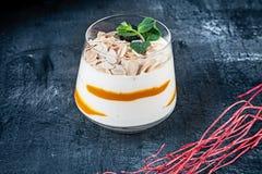Nahe hohe Ansicht über italienischen Nachtisch Tiramisu oder Panna-Cotta mit der Mango gedient auf dunklem Hintergrund mit Kopien lizenzfreies stockfoto