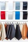 Nahe hohe Ansicht über Proben der Farbe für Fahrzeugkarosserie und Leder für Auto verschiedene Farben, Verkaufsstelle lizenzfreie stockfotografie