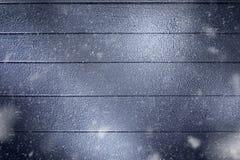 Nahe hohe Ansicht der hölzernen Rückseite des Winters bedeckte stockfoto
