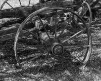 nahe hohe Ansicht des alten Metallrades der alten h?lzernen Wagenstellung in einer Landschaft stockfoto