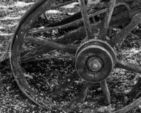 nahe hohe Ansicht des alten Metallrades der alten h?lzernen Wagenstellung in einer Landschaft stockbilder