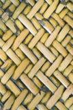 Nahe hohe Ansicht des Details eines einheitlichen goldenen gesponnenen Korbes unter Verwendung des natu Stockfotos