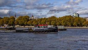 Nahe hohe Ansicht des Schleppers auf der Themse London, Vereinigtes Königreich stockbilder