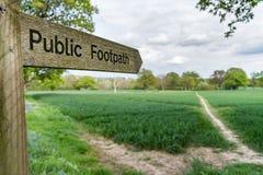 Nahe hohe Ansicht eines allgemeinen Fußwegenzeichens in Surrey, Großbritannien lizenzfreie stockfotografie