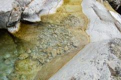 Nahe hohe Ansicht von einem sauberen Gebirgsfluss lizenzfreies stockfoto