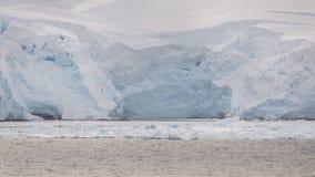 Nahe hohe Ansicht von Eisbergen auf Bucht in der Antarktis lizenzfreies stockbild