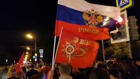 Nahe hohe Ansicht von Leuten auf Victory Day-Feier Bunte Hintergründe stock footage
