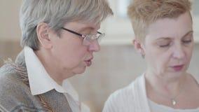 Nahe hohe Ansicht von zwei reifen Frauen, die Diskussion zu Hause haben Ältere Damen verbringen Zeit im Küchenin verbindung stehe stock footage