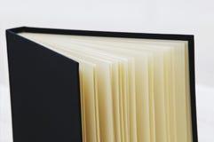 Nahe hohe Atelieraufnahme des offenen Buches Stockbilder