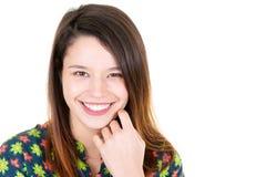 Nahe hohe Atelieraufnahme des schönen lächelnden Modells der jungen Frau mit dem langen Haar, das Kamera mit dem Bezaubern nett b lizenzfreies stockfoto