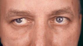 Nahe hohe Augen des Extrems des erwachsenen kaukasischen Mannes Mann las etwas Buchcomputer oder -informationen Schüler des Manne stock video