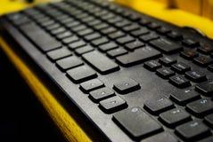 Nahe hohe Computertastatur auf hölzernem Schreibtisch stockfotos
