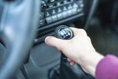 Nahe hohe Fahrerhand, die Auto manuellen trasmission Stock f hält lizenzfreies stockbild