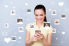 Nahe hohe Fotowebsite erhielt Nachrichten sie ihre Dame, Telefonanteil, den repost wie Herzbuchstaben auswählen, auserlesene Illu lizenzfreies stockfoto