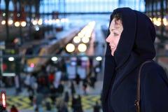Nahe hohe Standplätze der Frau in der Bahnstation Stockbilder
